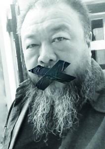Von uns abgeändertes Selbstbildnis von Ai Weiwei, das er vor Gericht in Beijing am 27.09.12 aufgenommen hat