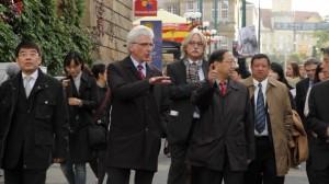 Kassels OB und der chinesische Botschafter Shi Mingde werden vom stillen Protest begleitet.