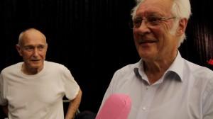 Llyn Foulkes hört neugierig zu, was die Besucher über ihn und seine Kunst erzählen