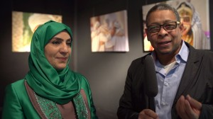Im Gespräch Kurator Zaki Al-Maboren mit Maryam Al-Zedjaliya Präsidentin der Omanischen Kulturgesellschaft