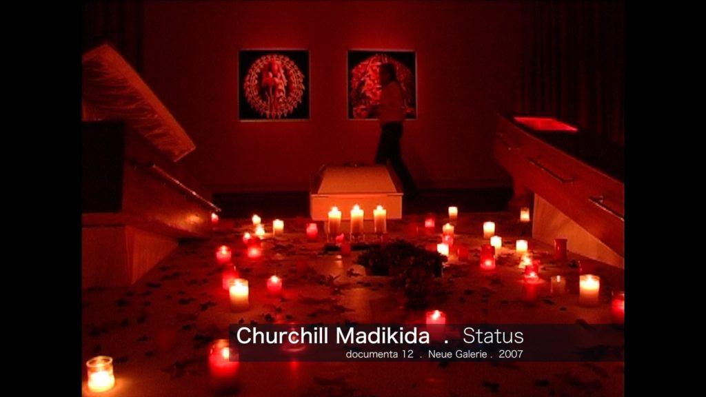 Churchill Madikida - Status mit zwei aufgeklappten Särgen