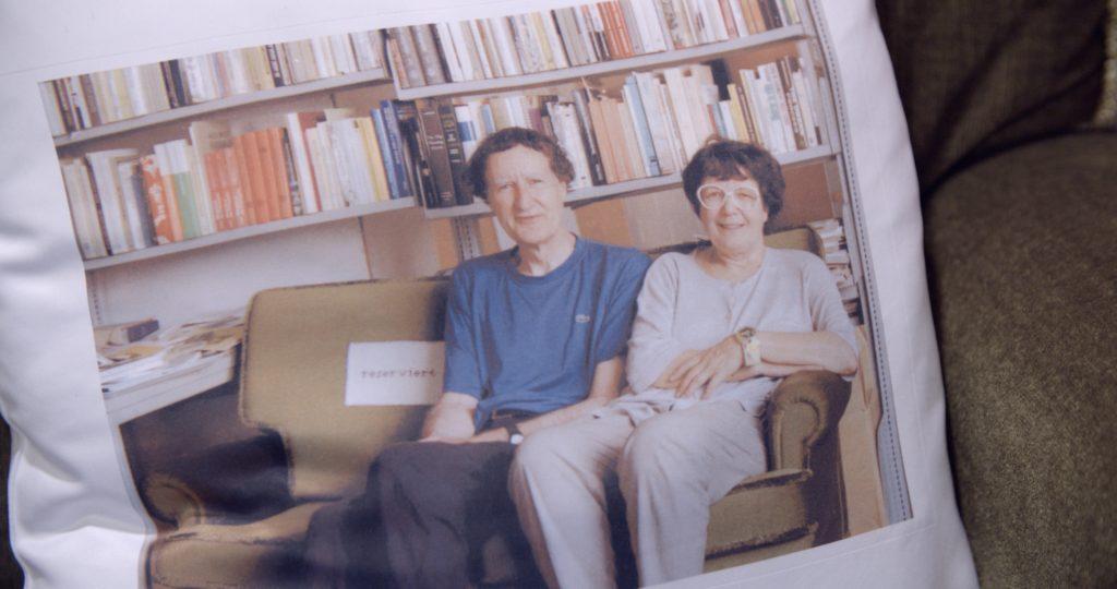 Die Burckhardts vor ihrer Bibliothek