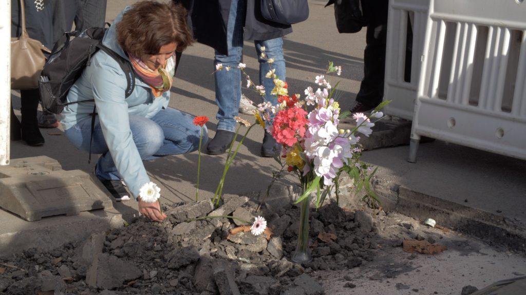 Aus Respekt vor den Toten von Flucht und Vertreibung legen Bürgerinnen Blumen am ehemaligen Standort des Obelisken nieder