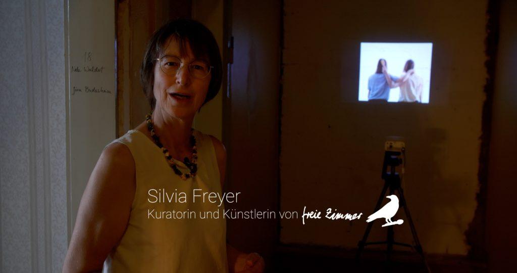 Silvia Freyer stellt die Videoarbeit von Anja Vogel vor