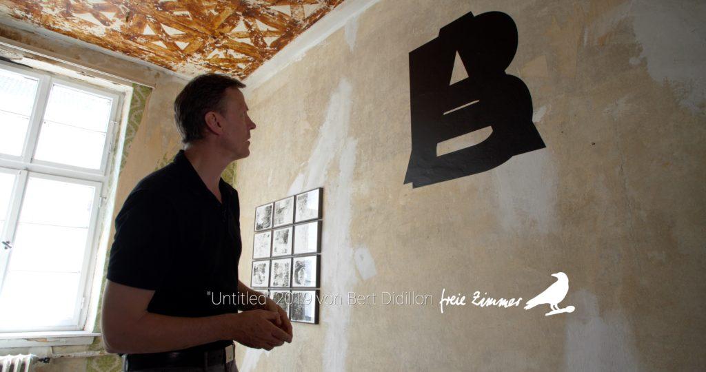 Lutz Freyer vor der Arbeit von Bert Didillon und im Hintergrund die von Oya Mor