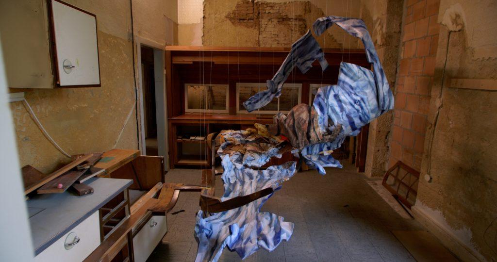 Zimmer 9 erfüllt von der Arbeit von Julia Kröpelin